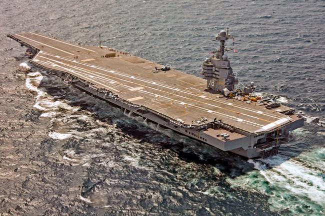 Một chiếc F/A-18F Super Hornet chuẩn bị hạ cánh xuống TSB USS Gerald R. Ford (CVN 78