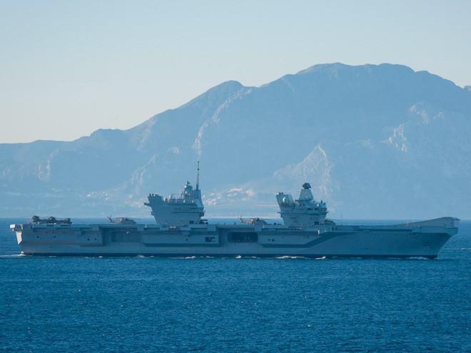 HMS Queen Elizabet đi ngang qua bờ biển Morocco tới Gibraltar ngày 9/2/2018.