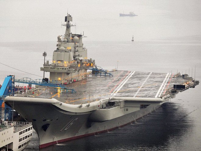 Tàu sân bay đầu tiên của Trung Quốc tại cảng Đại Liên năm 2012.
