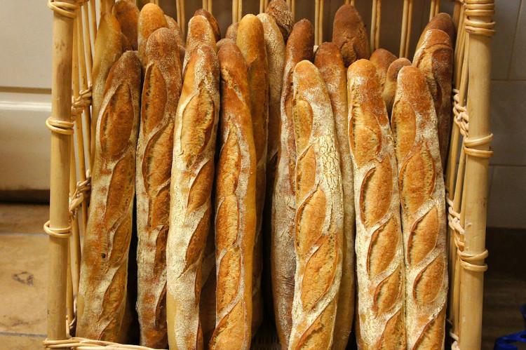 Bánh mì dài (baguette), một đặc trưng của Pháp.
