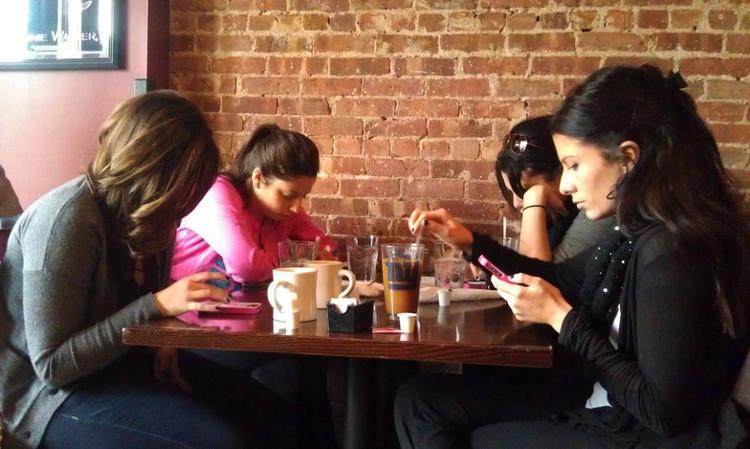 Hình ảnh thường thấy ngày nay: ngồi bên nhau nhưng mạnh ai nấy lướt smartphone
