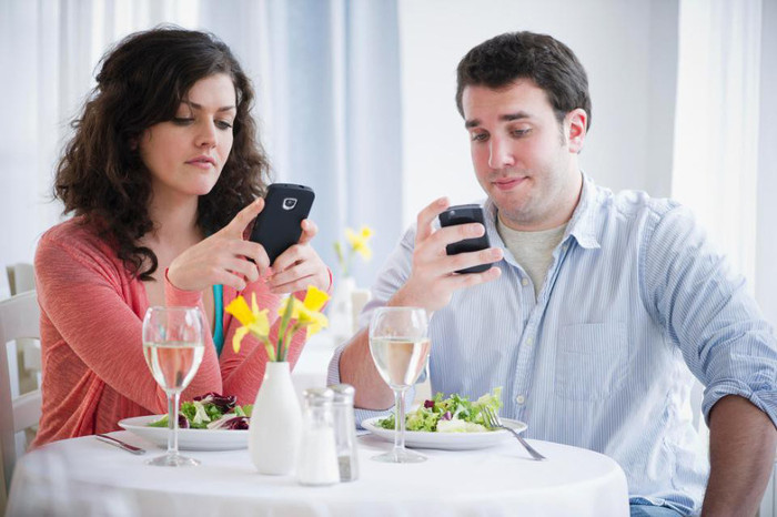 Dùng smartphone trên bàn ăn ảnh hưởng đến việc tương tác xã hội