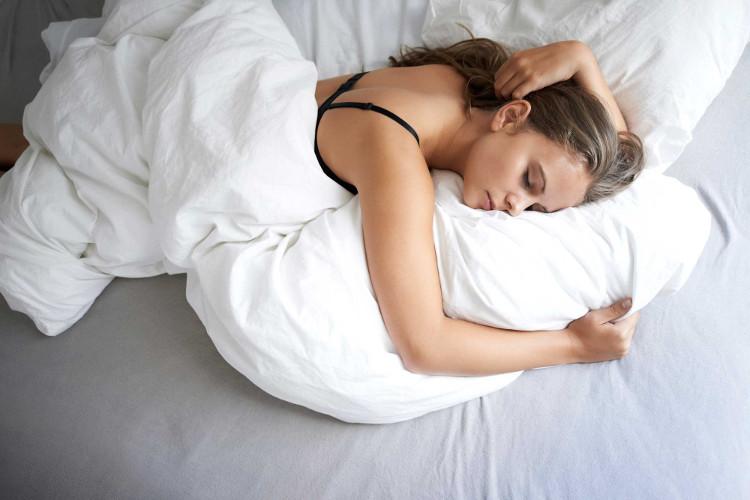 Sau 60 - 90 phút khi đi vào giấc ngủ, con người có dấu hiệu hạ thân nhiệt.