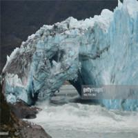 Cầu băng lớn đổ sập trên sông ở Argentina
