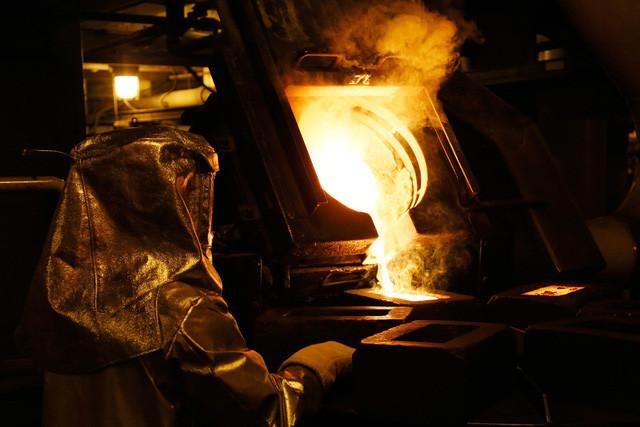 Kỹ thuật viên xử lý vàng lỏng thành vàng miếng