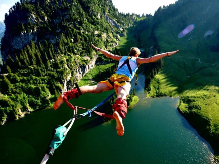 Môn thể thao mạo hiểm Bungee jumping được yêu thích ở New Zealand.