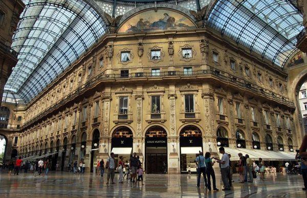 Galleria được mệnh danh là thiên đường mua sắm có mái vòm kính rất độc đáo.