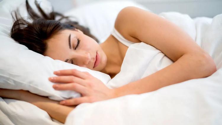 20 phút trước khi đi ngủ, hãy đánh răng và làm sạch da.
