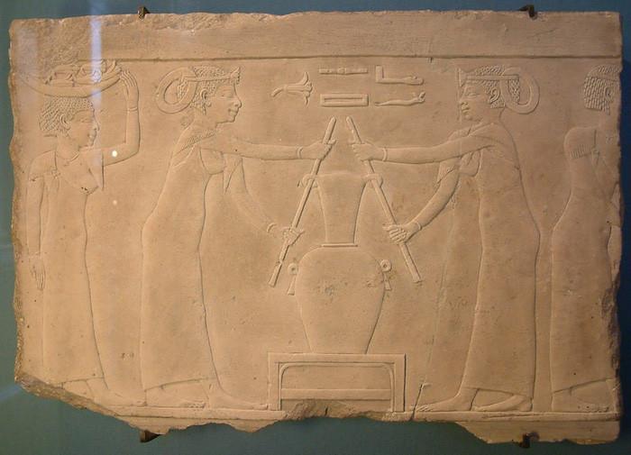 Hình ảnh bình nước hoa được khắc trên phiến đá cổ.