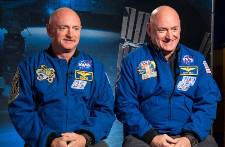 Cặp phi hành gia song sinh Scott Kelly và Mark Kelly.