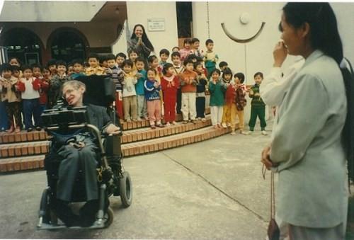 Stephen đến làng SOS thăm con nuôi.