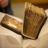 Hé lộ bí mật ẩn giấu trong cuốn sách 1.400 tuổi khi đem chụp X-quang