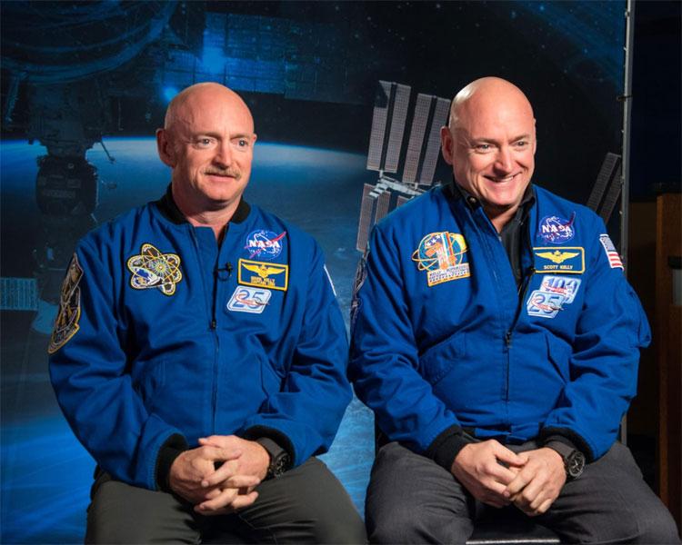 Phi hành gia Scott Kelly (phải) cùng người anh em sinh đôi Mark Kelly (trái)
