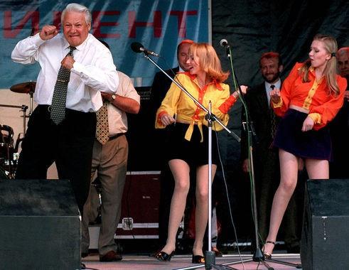 Ông Yeltsin nhảy múa với thanh niên trong hoạt động tranh cử ở vòng hai năm 1996.
