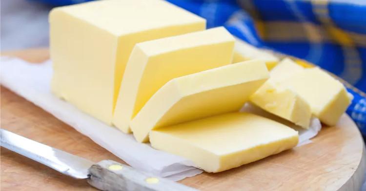 Chủ yếu bơ là làm từ sữa và bất cứ động vậy có vú nào cũng có thể tạo ra sữa để làm bơ.
