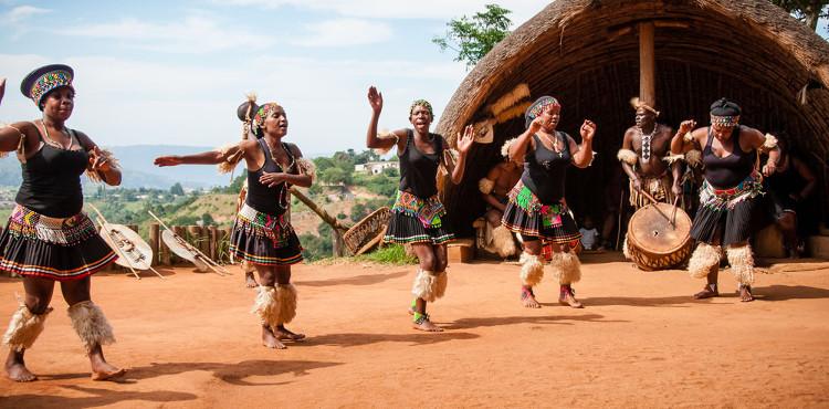 Các cô gái khi đến tuổi dậy thì sẽ tham gia vào một buổi lễ đánh dấu việc được coi là người trưởng thành và sẵn sàng để kết hôn.