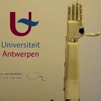 Cánh tay robot dịch lời nói sang ngôn ngữ ký hiệu