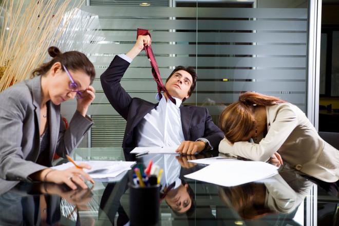 Có vẻ nhiều công ty ngày nay vận hành bằng cách áp thêm gánh nặng cho nhân viên?