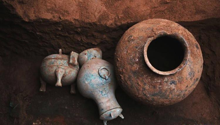 Ấm rượu 2.000 năm tuổi (ở giữa) được dùng để cúng tế.