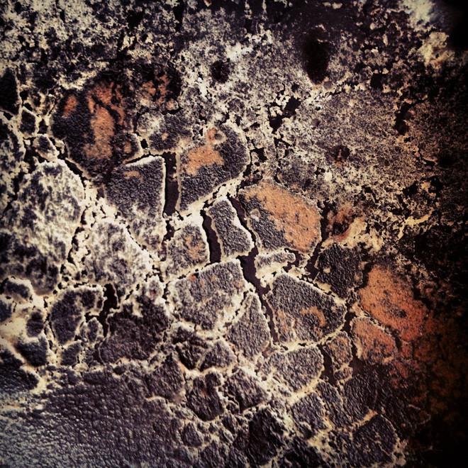 Hình ảnh những phân tử chất béo quanh các khe nứt trên bề mặt thanh chocolate.