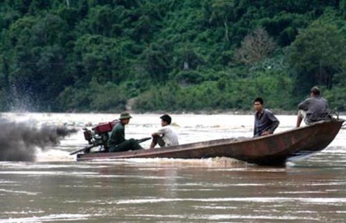 """Một nhóm thợ săn """"thủy quái"""" sông Đà."""