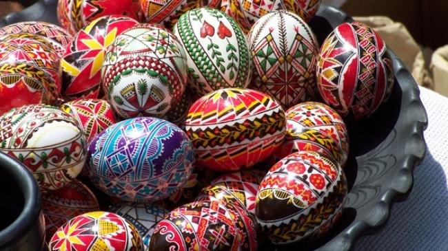 Những quả trứng Phục sinh được trang trí đủ màu sắc.