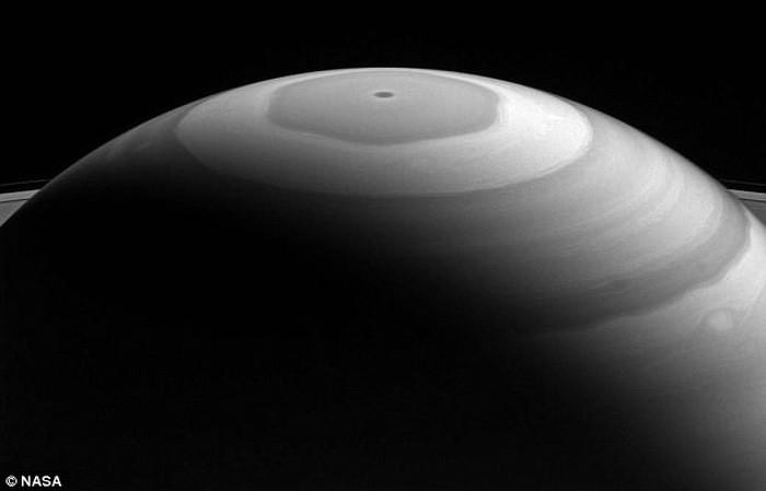 Xoáy 6 cạnh ở cực bắc sao Thổ