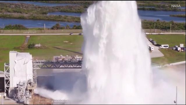 Trong thử nghiệm, nước từ bể chứa chảy qua hàng loạt đường ống và máng xuống rãnh dẫn lửa.