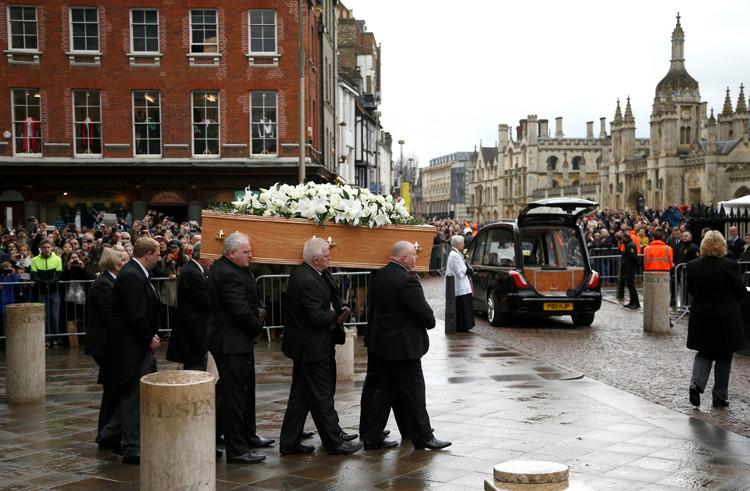 Hàng trăm người chen kín trên những con đường dẫn tới nhà thờ Thánh Mary Vĩ đại, nơi tang lễ diễn ra.