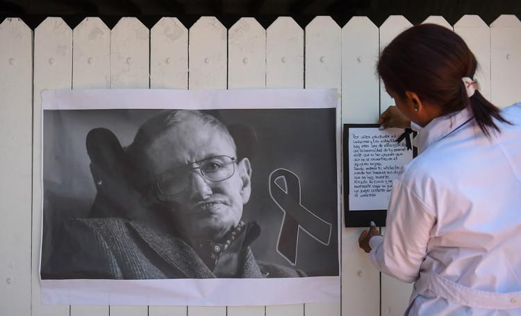 Hawking sinh ngày 8/1/1942, là nhà vật lý người Anh có đóng góp lớn cho khoa học.
