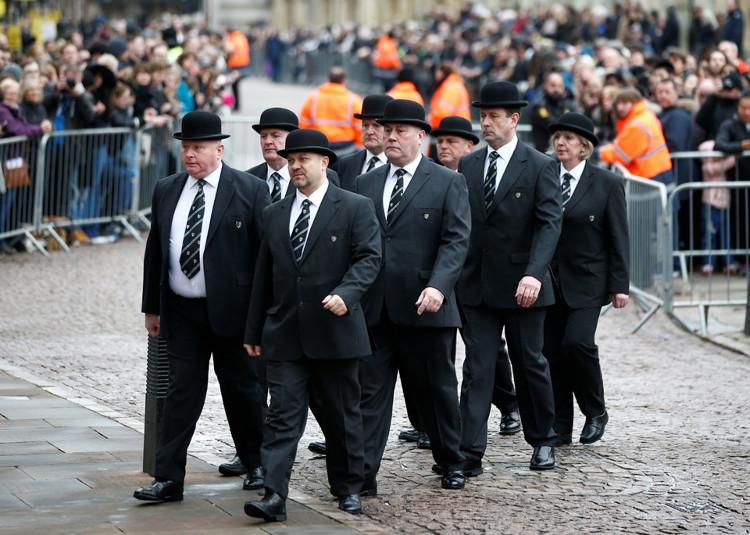 Trong ảnh, các đồng nghiệp đến dự tang lễ nhà khoa học lỗi lạc.