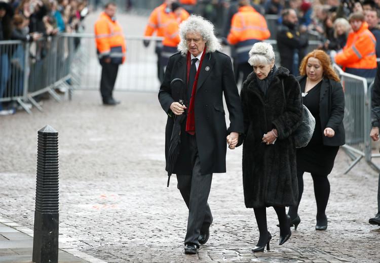 Người chơi guitar của ban nhạc Queen kiêm nhà vật lý Brian May (trong ảnh)