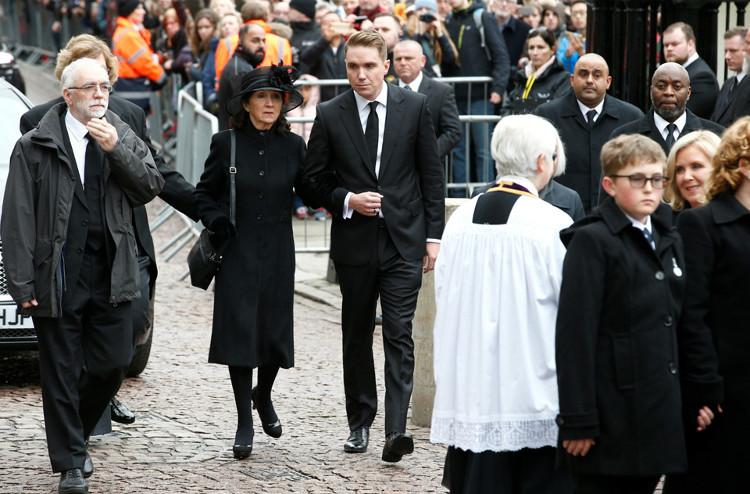 Trong ảnh, Jane Hawking, người vợ đầu của Hawking, và con trai Timothy có mặt tại tang lễ.