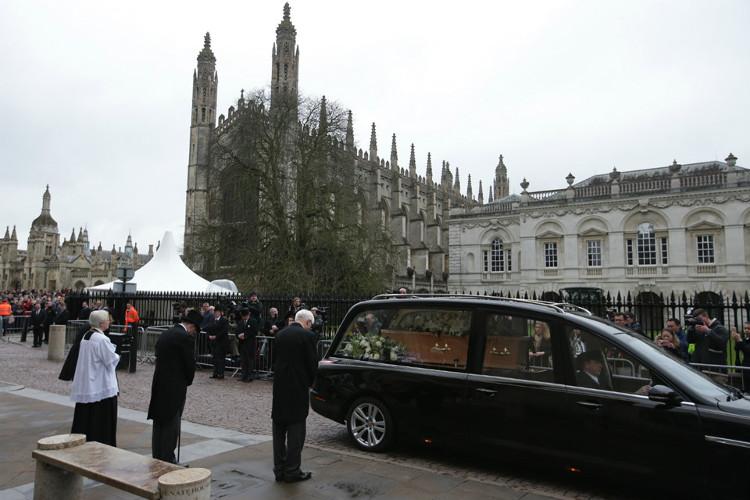 Lá cờ treo trên nhiều viện và trường thuộc Đại học Cambridge đã được treo thấp xuống để tưởng nhớ Hawking.