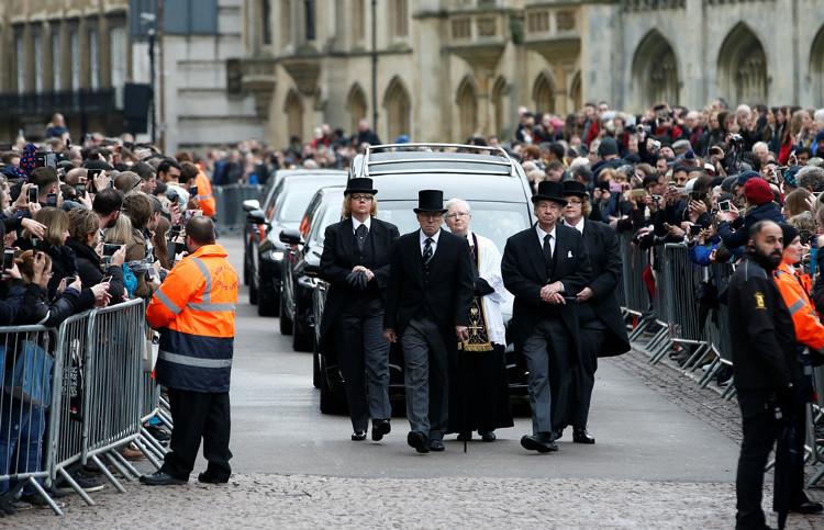 Gia đình, đồng nghiệp, các nhân vật nổi tiếng và người dân đã tề tựu trên những con đường của thành phố Cambridge để tiễn đưa nhà vật lý Stephen Hawking