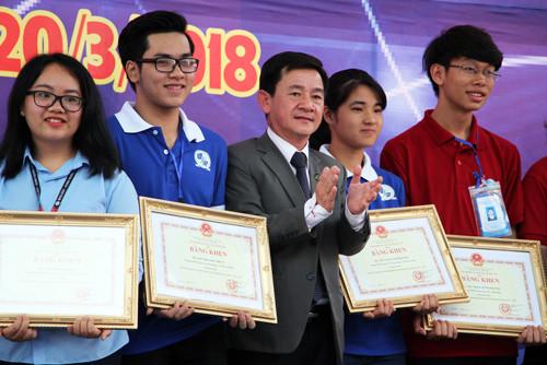 Nguyễn Hoàng Minh Khôi (thứ hai từ trái qua) và Vũ Phương Thảo (thứ tư từ trái qua)