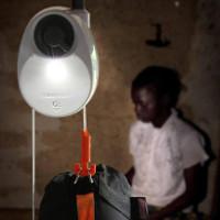 Đèn điện, đèn Mặt trời... và giờ nhân loại có cả đèn chạy bằng trọng lực