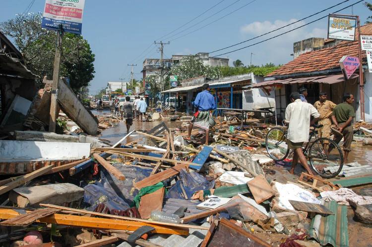 Hậu quả của trận sóng thần tấn công Sri Lanka năm 2004.