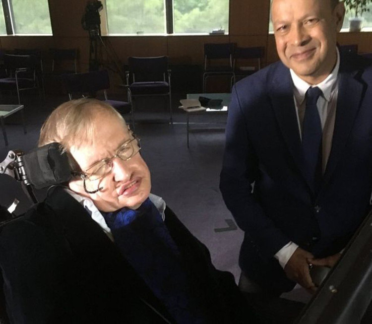Stephen Hawking và Pallab Ghosh.