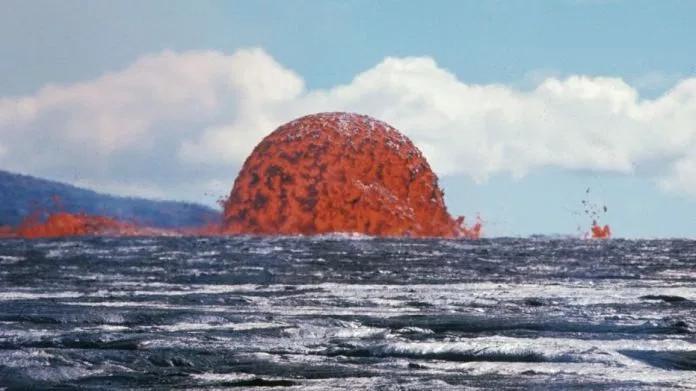 Tháp dung nham ở vùng biển Hawaii.