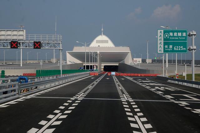 Hình ảnh đường xuống hầm chui của hệ thống cầu Hongkong - Châu Hải - Macau