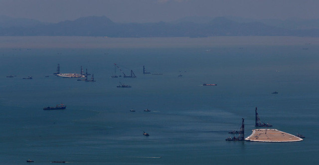 Đây là hình ảnh chụp năm 2012 khi Trung Quốc cho xây đảo nhân tạo để dựng trụ đỡ cho cây cầu này gần đảo Đại Nhĩ Sơn của Hongkong.
