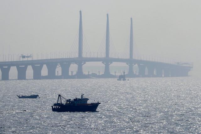 Trung Quốc còn phải xây dựng cả những hòn đảo nhân tạo nhỏ trên tuyến đường bắc ngang biển này.