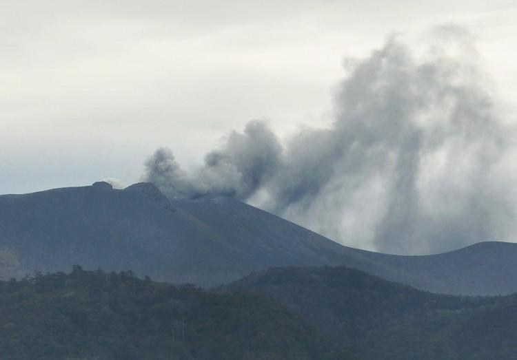 Núi lửa Shimmoe phun các cột tro bụi lên không trung.