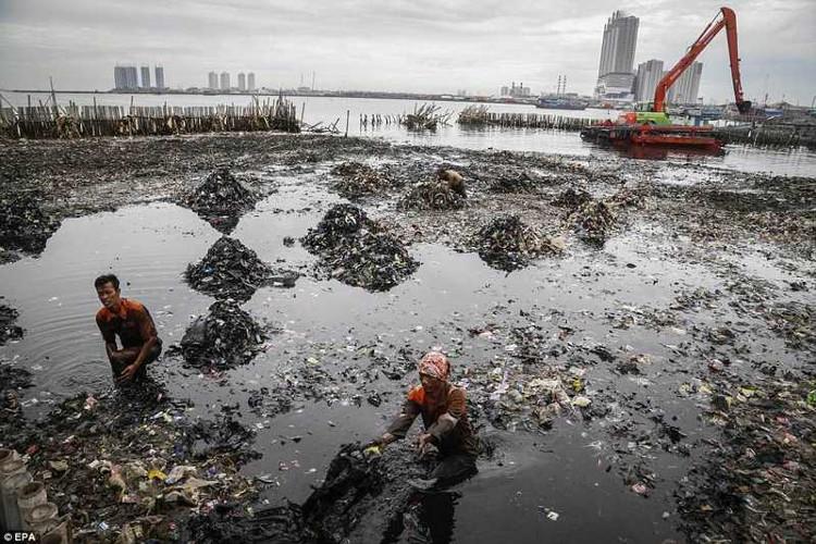 Một nguyên nhân được đưa ra là do dân Jakarta thường xuyên đào giếng để tự cấp nước.