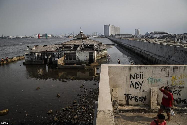 Tờ Daily Mail đưa tin, quốc gia đang chìm xuống biển với tốc độ nhanh nhất thế giới là Indonesia.
