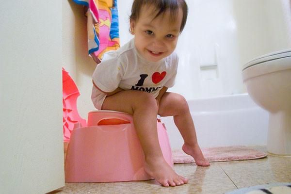Cha mẹ Việt Nam tập luyện cho con đi vệ sinh