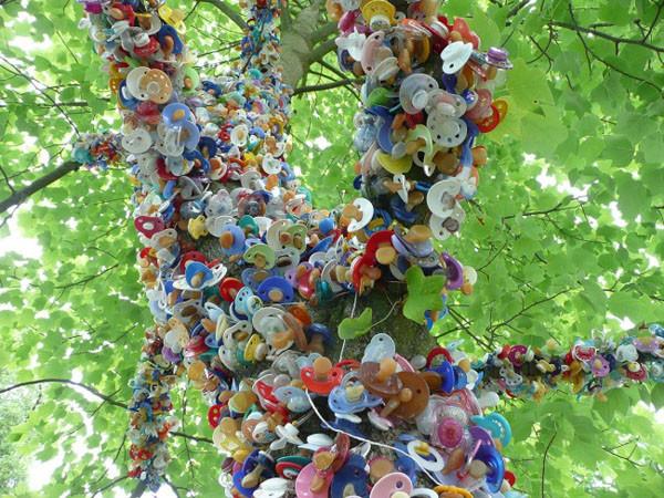 Người Đan Mạch treo núm vú giả lên cây