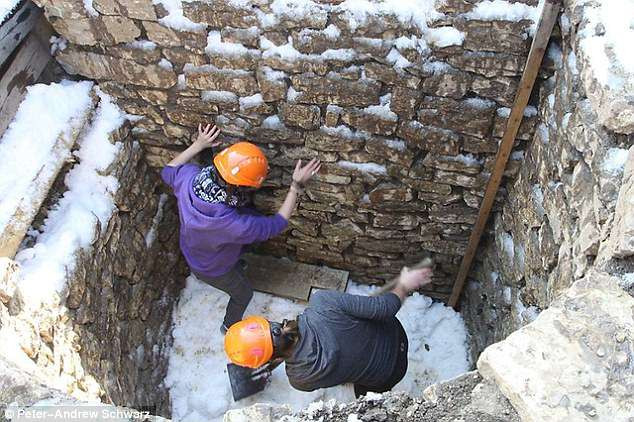 """Các nhà khoa học nghiên cứu """"tủ lạnh"""" của người La Mã cổ đại."""