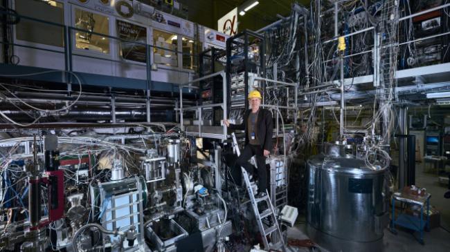 Phát ngôn viên của ALPHA, Jeff Hangst đang đứng tại nhà máy sản xuất phản vật chất.